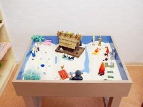 おもちゃを並べた箱庭の写真